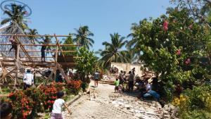 warga dibantu brimob membersihkan puing-puing Gereja